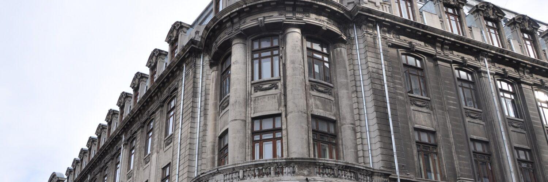 Poză a clădirii dinspre intrarea Facultății de Matematică și Informatică