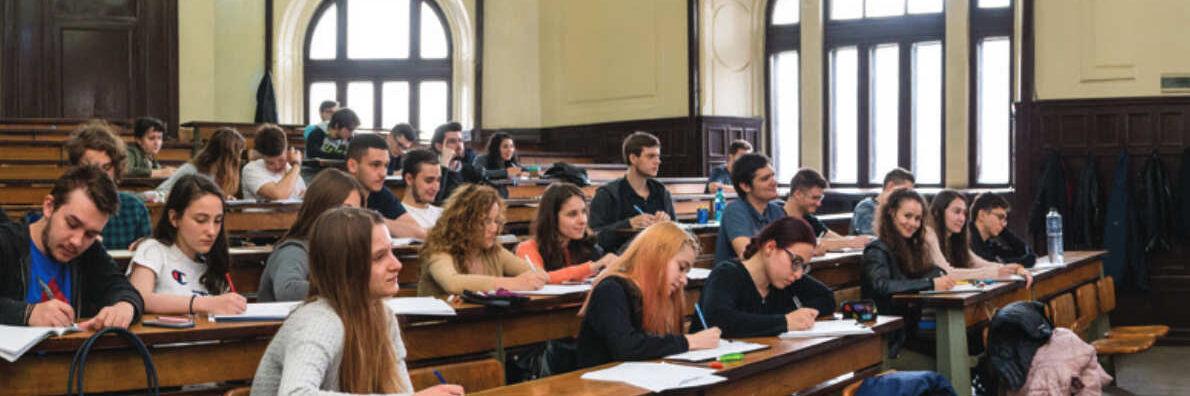 Poză din față a amfiteatrului Spiru Haret, cu studenți în timpul unui curs